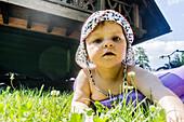 Kleines Mädchen spielt im Garten, Spreewald, Familie, Ferienwohnung, Urlaub, Sommer, Ferien, Oberspreewald, Brandenburg, Deutschland