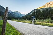 Mountainbiker in den Bergen, Sportler, Trails, Stillachtal, Birgsau, Oberallgäu, Oberstdorf, Alpen, Deutschland