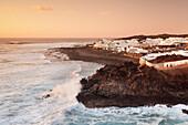 Fischerdorf El Golfo bei Sonnenuntergang, Lanzarote, Kanarische Inseln, Spanien, Atlantik, Europa