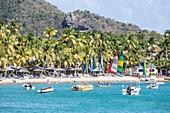 Wassersport und Sonnenliegen für Unterhaltung und Entspannung, Carlisle, Morris Bay, Antigua und Barbuda, Leeward Inseln, Westindische Inseln, Karibik, Mittelamerika