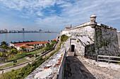 Blick über die ruhigen Gewässer von Havanna-Bucht nach Havanna mit der Festung aus dem 16. Jahrhundert, Morro Castle, Stehwache, Havanna, Kuba, Westindische Inseln, Karibik, Mittelamerika