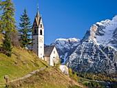 Die Barbarakapelle - Chiesa di santa Barbara im Ort Wengen - La Valle, im Gadertal - Alta Badia in den Dolomiten von Suedtirol - Alto Adige, im Hintergrund der Heiligkreuzkofel - Sasso di Santa Croce. Die Dolomiten sind Teil des UNESCO Welterbes. Europa,