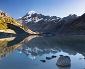 Spiegelung im Wasser, Hooker Valley, Mt Cook, Aoraki, Mackenzie, Canterbury, Neuseeländische Alpen, Südinsel, Neuseeland, Ozeanien