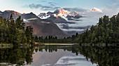 Spiegelung im Wasser, Lake Matheson, Mount Cook, Mount Tasman, Westland Tai Poutini National Park, Westküste, Südinsel, Neuseeland, Ozeanien