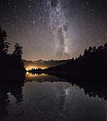 Spiegelung von Sternen im Wasser, Lake Matheson, Mount Cook, Mount Tasman, Westland Tai Poutini National Park, Westküste, Südinsel, Neuseeland, Ozeanien