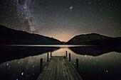 Kerr Bay bei Nacht, Spiegelung der Sterne, Lake Rotoiti, Nelson Lakes National Park, Südinsel, Neuseeland, Ozeanien