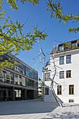 Bürogebäude der Münchner Rück mit Skulptur ''Discrepancy'' von Roxy Paine, Mandlstrasse, Schwabing, München, Oberbayern, Bayern, Deutschland