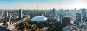 Tokyo Dome, Koishikawa Korakuen und Tokyo Skytree im Herbst mit Morgendunst, Bunkyo-ku, Tokio, Japan