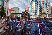 Japaner im indigoblauem Yukata und Trageschrein während des Kanda Festival, Akihabara, Tokio, Japan