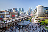 Tokyo International Forum mit Shinkansen Schnellzug und Kotsu Kaikan am Yurakucho Bahnhof, Chiyoda-ku, Tokio, Japan