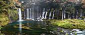 Langzeitbelichtung der Shiraito Wasserfälle im Herbst, Fujinomiya, Shizuoka Präfektur, Japan