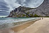 Strand, Sand, Berge, Meer, Bunes, Person, Moskenesoya, Lofoten, Nordland, Norwegen, Europa