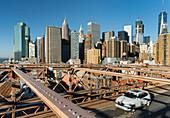 Brooklyn Bridge Richtung Manhatten, New York City, USA