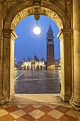 Piazza San Marco, Arches, St Marks Campanile, Venedig, Venezia, Venice, Italia, Europe