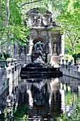 France, Paris 6th district, Jardin du Luxembourg, green oasis at the heart of Paris, bronze statues and classical fountain bringing a little freshness