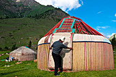 Kyrgyzstan, Issyk Kul Province (Ysyk-Kol), Juuku valley, yurt settlement, supporting the main part of the roof (tundunk) to plant sticks that will compose the final structure