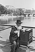 1960, organist, Seine, Pont des Arts, Paris, France