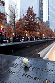 Gravierte Namen der Opfer von 9/11, World Trade Center Memorial, New York City, USA