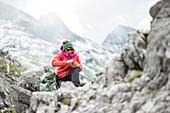 Junge Wanderin macht eine Pause in der Nähe des Muttlerkopf in den Alpen