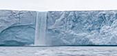 A huge waterfall at the edge of Bråsvellbreen Nordauslandet, Spitzbergen, Svalbard Foto Bernard van Dierendonck