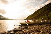 Girl in a rowing boat. Teusajaurestugorna. Kungsleden Trekking, Laponia, Lappland, Schweden.