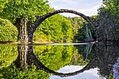 Rakotzbrücke über den Rakotzsee im Rhododendronpark Kromlau, Sachsen, Deutschland, Europa