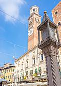 Verona, Veneto, Italien, Piazza delle Erbe mit Torre dei Lamberti im Hintergrund