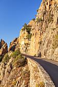 Kurvige Bergstraße durch die Calanche von Porto nach Piana, Westkorsika, Korsika, Südfrankreich, Frankreich, Südeuropa, Europa