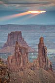 Bewölkter Sonnenaufgang im Canyonlands Nationalpark, Moab, Utah, Vereinigte Staaten von Amerika, Nordamerika