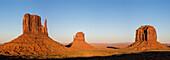 Monument Valley bei Sonnenuntergang, Navajo Tribal Park, Arizona, Vereinigte Staaten von Amerika, Nordamerika