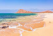 Leeren Sandstrand und Bucht in der Nähe von Monte Leao Berg (Sleeping Lion Berg), Sal Island, Kap Verde, Atlantik, Afrika