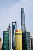 Der Shanghai Tower, Jin Mao Tower und das Shanghai World Financial Center auf der Pudong Skyline aus dem Bund, Shanghai, China, Asien