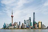 Pudong Skyline aus dem Bund, Shanghai, China, Asien