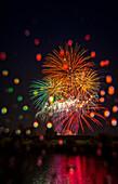 'Bunte Feuerwerk-Display spiegelt sich in Wasser am Tag der Kanada; Edmonton, Alberta, Kanada'