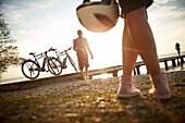 Mann und Frau mit Helm, eBike, Steg, Seeufer, Starnberger See, Münsing, Oberbayern, Deutschland