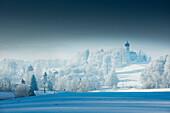 Kirche mit schneebedeckten Bäume, Holzhausen, Wintermorgen, Münsing, Oberbayern, Bayern, Deutschland