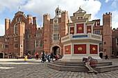 Nachbildung des Weinbrunnen von Henry VIII, Base Court, Hampton Court Palace, die Lieblingsresidenz Henry VIII., England