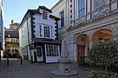 Crooked House und rechts angeschnitten die Guildhall, Windsor, Berkshire, England