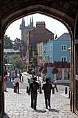 Blick aus dem Eingangstor von WIndsor Castle auf die bunten Häuser der wirklichen Welt, St. Alban's Street, Windsor, Berkshire, England