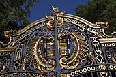 Schmuckes Tor zum Green Park, Seite des Buckingham Palace, Westminster, London, England