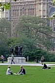 Victoria Tower Gardens mit August Rodins Bürger von Calais, Houses of Parliament, Westminster, London, England