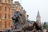 Löwe auf dem Trafalgar Square, Blick über White Hall zum Big Ben. London, Westminster, England