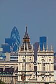 Blick von der Westminster cathedral auf die Westminster Abbey, Big Ben und die Hochhäuser der City mit The Ghurkin, Westminster, London, England