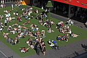 Künstlicher Rasen vor dem National Theatre für das South Bank Sommer Festival, Southbank, London, England
