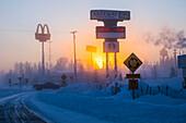 The sun rises behind Santa Claus Lane in North Pole, Alaska on a frigid morning in January.Die Sonne geht hinter Santa Claus Lane im Nordpol, Alaska am frischen Morgen im Januar.