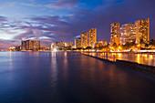 'Skyline Blick auf Waikiki in Langzeitbelichtung bei Sonnenuntergang; Honolulu, Oahu, Hawaii, Vereinigte Staaten von Amerika'