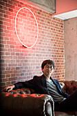 Mann sitzt auf dem Sofa, Porträt