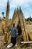 Freundliche Frau verkauft Schilf an den Ufern des Tanganjikasee, Bujumbura, Burundi, Afrika