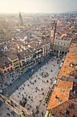 Verona, Venetien, Italien, Der Blick auf die Piazza delle Erbe vom Turm von Lamberti