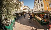 Blick auf die Piazza delle Erbe in Bozen, mit dem typischen Straßenmarkt, Provinz Bozen, Südtirol, Trentino-Südtirol, Italien, Europa